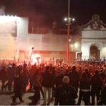 Roma, manifestazione pacifica contro il Dpcm degenera:  violenza e fiamme a Piazza del Popolo