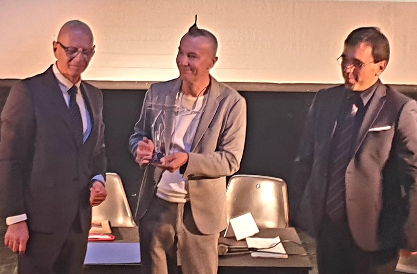 """Marco Ghitarrari consegna ad Arturo Brachetti il Premio internazionale """"Le cattedrali letterarie europee""""."""